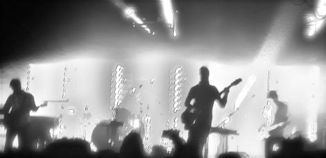 White Lies: Silhouetten aus Musik und Melancholie