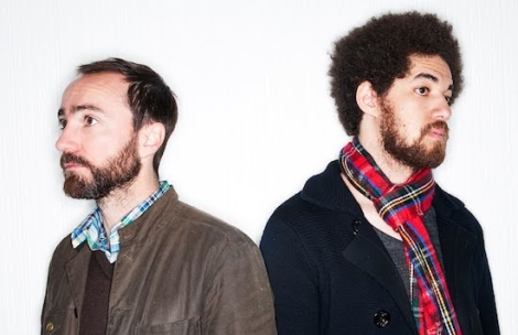 James Mercer (links) und Danger Mouse (rechts) sind Broken Bells (Foto: http://m.craveonline.com/music/articles/631361-watch-broken-bells-debut-the-changing-lights-in-a-tiny-paris-shop