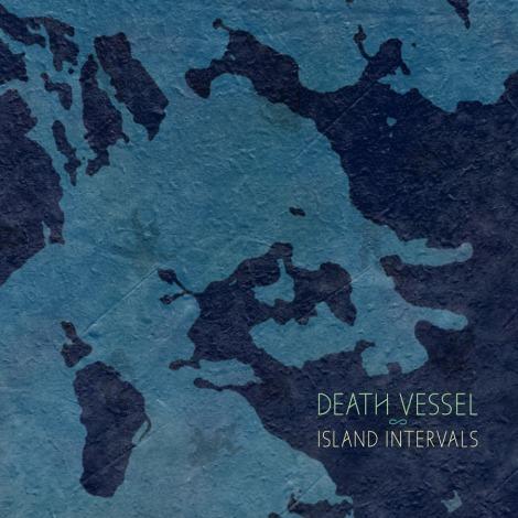 """Blau wie das Wasser, welches """"Island Intervals"""" unterbricht. Das neue Album von Death Vessel seit 2008."""