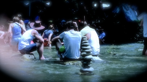 Am Samstag war es so warm, dass man sich im nah gelegenen Fluss, der Sitter, abkühlen konnte. Sogar Steintürmchen wurden gebaut.