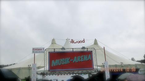 """Das Konzertzelt """"Musik Arena"""" am Tollwoodfestival war umrundet von Essens- und Souvenirständen, an denen man sich vor und nach den Konzerten etwas umschauen konnte."""