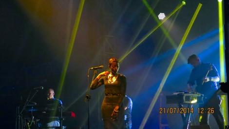 """Erykah Badu betrat die Bühne um beim Stück """"Heaven For The Sinner"""" die Vocals zu singen. Des Weiteren sang sie noch bei einigen weiteren, älteren Stücken mit."""