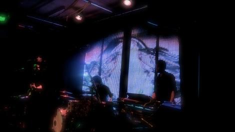Die Hintergrund-Screens von Neckless zeigten viele Farbenspiele und Sujets wie tickende Uhren als Stimmungsuntermalung.
