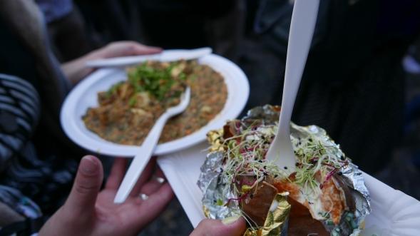 ESSENSZEIT! Links: Linsencurry und Tofu / Rechts: Süsskartoffel mit Creme Fraiche