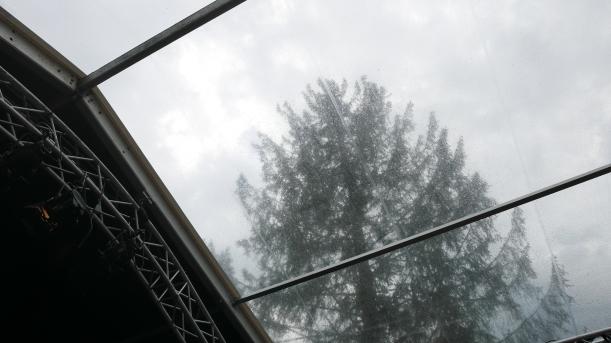 Oh Schreck: Es regnete tatsächlich!! Aber nur für eine Stunde... Puuuh. (Aussicht aus dem Chesterfieldzelt)