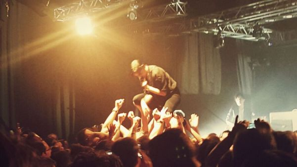 Kein Stage-diving, sondern Stage-walking war das.